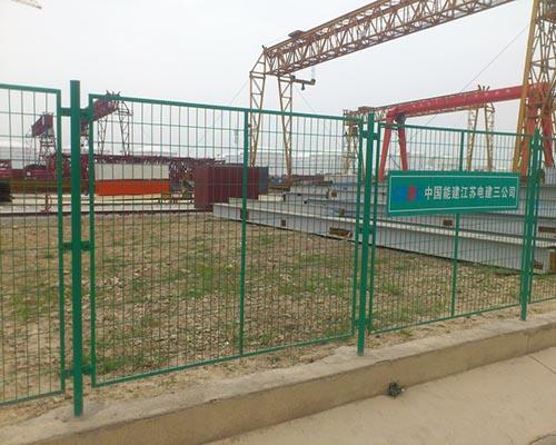 水库护栏网立柱采用圆管或方管制作,将方管和圆管按客户要求的高度